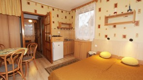 Studio - pokój rodziców z aneksem kuchennym i tv